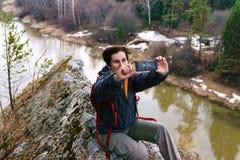 Selfie ?verst av en klippa ovanf?r v?rfloden royaltyfri bild
