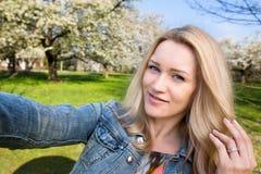 Selfie, vrouw, de lente royalty-vrije stock afbeeldingen