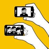 Selfie z przyjaciółmi - ręka z smartphone Fotografia Royalty Free
