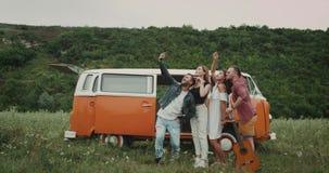 Selfie-Zeit für die Gruppe Freunde an der Natur, Fotos vom Telefon, dazu ihres Weinlesepackwagens machend stock video footage