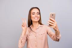 Selfie-Zeit! Junger Brunettefrau Blogger macht Foto für ihn Lizenzfreies Stockfoto