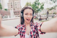 Selfie-Zeit! Junger flippiger Blogger macht Foto für ihr soziales lizenzfreies stockbild