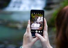 Selfiefoto Waterval op het mobiele scherm Stock Afbeeldingen