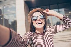 Selfiemanie! Het opgewekte jonge meisje maakt selfie op een camera S royalty-vrije stock afbeeldingen