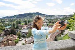 Selfiemeisje - Aziatische vrouw die beeld in Bern nemen Stock Afbeelding