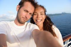 Selfiepaar die vakantiebeeld van zich nemen royalty-vrije stock foto's