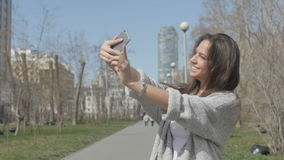 Selfiesalegre de la mujeren parque almacen de video