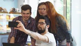 Selfies красивого человека говоря с его друзьями на кофейне стоковые изображения rf