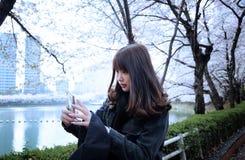 Selfies adolescentes del uno mismo de la muchacha en jardín Imágenes de archivo libres de regalías