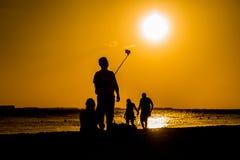 Selfies bei Sonnenuntergang auf dem Strand Stockfotos