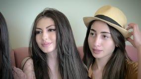 Selfies bonitos do sorriso e da tomada de três meninas video estoque