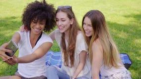 Selfies das mulheres e divertimento ter vídeos de arquivo