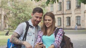 Selfies de la toma de los estudiantes en campus almacen de video