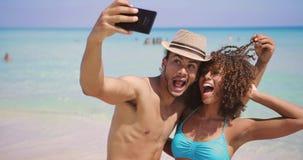 Selfies felices alegres de los pares en la playa almacen de video