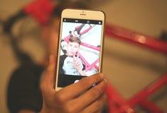 Selfies lindos de los tmakes del adolescente en el teléfono Imagen de archivo