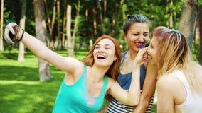 Selfietijd van vrouwelijke vrienden omvat met kleurrijk poeder na Holi-festival stock videobeelden