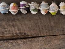 Selfmade пасхальные яйца на †деревянного стола «приправляют предпосылку стоковые изображения rf
