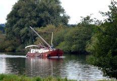 Selfmade segelbåt som korsar floden Meuse Arkivbild