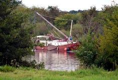 Selfmade segelbåt som korsar floden Meuse Royaltyfri Fotografi