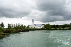 Selfosskirkja bredvid den Olfusa floden i Selfoss, Island Royaltyfria Bilder