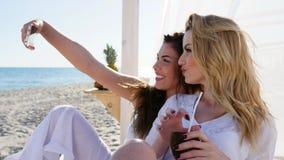 Selfphoto przyjaciele na plaży, dziewczyny fotografować na androidzie Strzelają selfies, spotyka przyjaciół na plaży, zdjęcie wideo