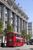 Selfridges superstore op de straat van Oxford, het winkelen post met beroemde manierboutiques en grote opslag stock foto's