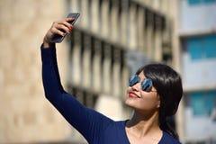 Selfy de Person Wearing Sunglasses fotografía de archivo