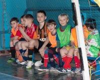 Selidovo, de Oekraïne - Maart 21, 2013: Jonge spelers op mini-voetbal royalty-vrije stock foto's
