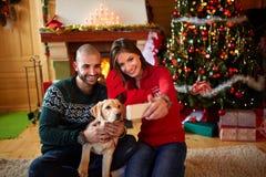 Selifie des ajouter au chien à Noël Photo stock