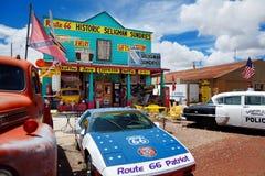 SELIGMAN, ΑΡΙΖΟΝΑ, ΗΠΑ - 1 ΜΑΐΟΥ 2016: Το ζωηρόχρωμο αναδρομικό U S Διαδρομή 66 διακοσμήσεις στην ιστορική περιοχή Seligman Στοκ Εικόνες