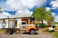 SELIGMAN, ARIZONA, ETATS-UNIS - 1ER MAI 2016 : Rétro U coloré S Décorations de Route 66 dans le secteur historique de Seligman Image libre de droits