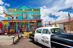 SELIGMAN, ARIZONA, LOS E.E.U.U. - 1 DE MAYO DE 2016: U retro colorido S Decoraciones de Route 66 en el distrito histórico de Seli Fotografía de archivo libre de regalías