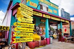 SELIGMAN, ARIZONA, LOS E.E.U.U. - 1 DE MAYO DE 2016: U retro colorido S Decoraciones de Route 66 en el distrito histórico de Seli Imágenes de archivo libres de regalías