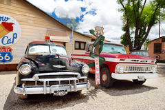 SELIGMAN, ARIZONA, LOS E.E.U.U. - 1 DE MAYO DE 2016: U retro colorido S Decoraciones de Route 66 en el distrito histórico de Seli Foto de archivo