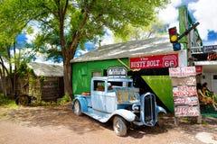 SELIGMAN, ARIZONA, LOS E.E.U.U. - 1 DE MAYO DE 2016: U retro colorido S Decoraciones de Route 66 en el distrito histórico de Seli Imagen de archivo libre de regalías