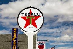 SELIGMAN, ARIZONA/USA - 31 ΙΟΥΛΊΟΥ: Olsd TEXACO και άλλα σημάδια μέσα Στοκ εικόνα με δικαίωμα ελεύθερης χρήσης