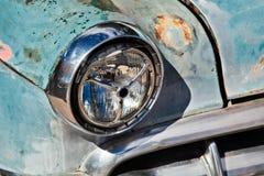 SELIGMAN, ARIZONA/USA - 31 DE JULIO: Faro en el coche abandonado en S Imagenes de archivo