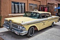 SELIGMAN ARIZONA/USA - JULI 31: Gammal gul taxi i Seligman Ar Arkivfoton