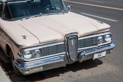 SELIGMAN, ARIZONA/USA - 31 LUGLIO: Vecchio Edsel parcheggiato in Seligman A Fotografia Stock Libera da Diritti