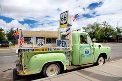 SELIGMAN, ARIZONA, USA - 1. MAI 2016: Buntes Retro- U S Route 66 -Dekorationen in historischem Bezirk Seligman Lizenzfreie Stockfotos
