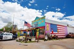 SELIGMAN, ARIZONA, USA - 1. MAI 2016: Buntes Retro- U S Route 66 -Dekorationen in historischem Bezirk Seligman Lizenzfreie Stockbilder
