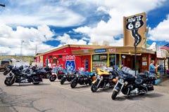 SELIGMAN, ARIZONA, USA - 1. MAI 2016: Buntes Retro- U S Route 66 -Dekorationen in historischem Bezirk Seligman Stockbild