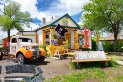 SELIGMAN, ARIZONA, USA - 1. MAI 2016: Buntes Retro- U S Route 66 -Dekorationen in historischem Bezirk Seligman Lizenzfreie Stockfotografie