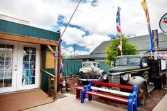 SELIGMAN, ARIZONA, USA - 1. MAI 2016: Buntes Retro- U S Route 66 -Dekorationen in historischem Bezirk Seligman Stockfotografie
