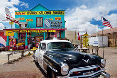 SELIGMAN ARIZONA, USA - MAJ 1, 2016: Färgrik retro U S Route 66 garneringar i Seligman det historiska området Royaltyfri Bild