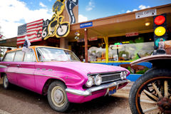 SELIGMAN ARIZONA, USA - MAJ 1, 2016: Färgrik retro U S Route 66 garneringar i Seligman det historiska området Arkivfoto