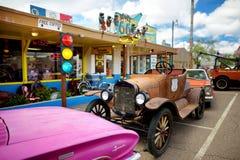 SELIGMAN ARIZONA, USA - MAJ 1, 2016: Färgrik retro U S Route 66 garneringar i Seligman det historiska området Royaltyfri Fotografi
