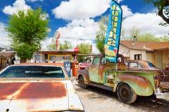 SELIGMAN ARIZONA, USA - MAJ 1, 2016: Färgrik retro U S Route 66 garneringar i Seligman det historiska området Arkivbilder