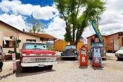 SELIGMAN ARIZONA, USA - MAJ 1, 2016: Färgrik retro U S Route 66 garneringar i Seligman det historiska området Arkivbild