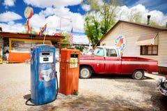 SELIGMAN, ARIZONA, usa - MAJ 1, 2016: Kolorowy retro U S Trasy 66 dekoracje w Seligman Historycznym okręgu Zdjęcie Stock